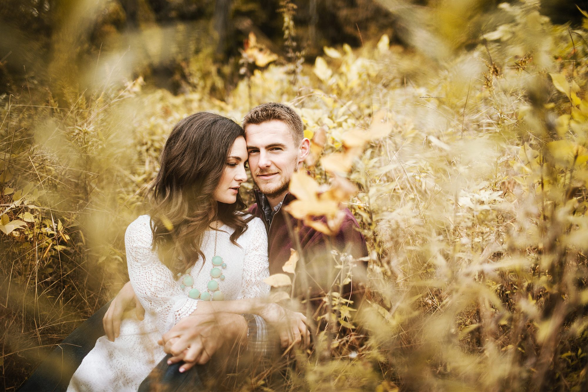 fall engagement pictures, what to wear for fall pictures, 21 Spectacular Fall Engagement Pictures