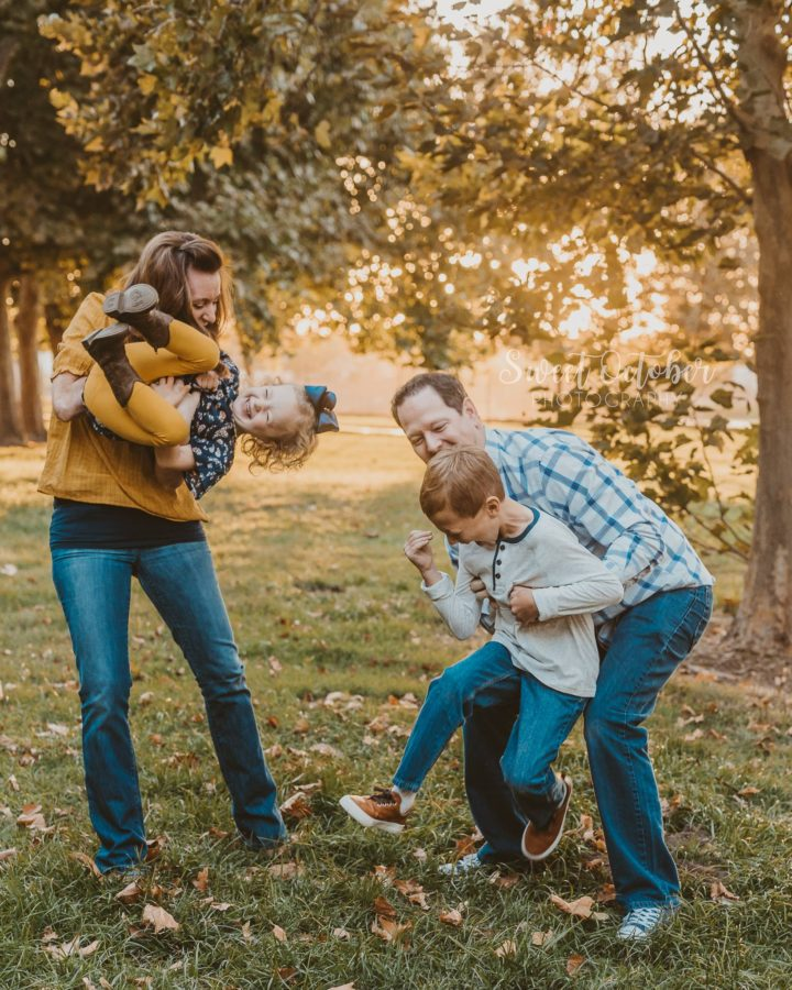 fall family pictures, family of 4 poses, what to wear for family fall pictures