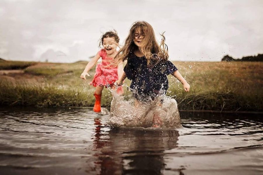 sisters, kids splashing in water, lifestyle kid pictures