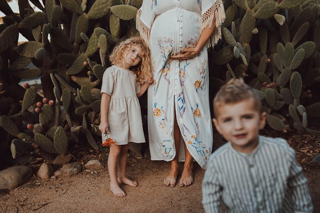 maternity family poses, mom with children pictures, dessert maternity pictures
