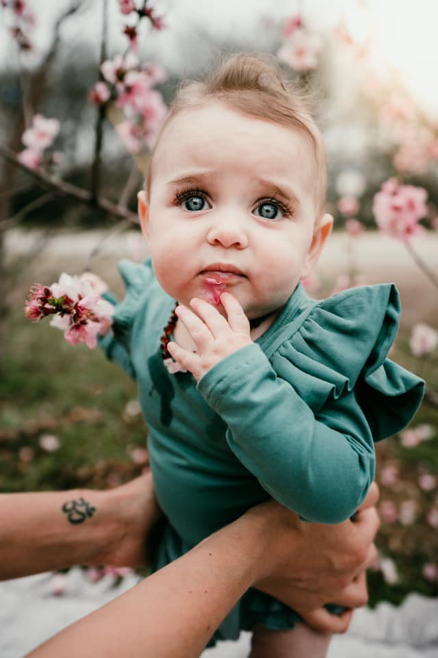 spring pictures of kids, family pictures of babies, what to wear for family pictures, cute baby outfits, spring flowers
